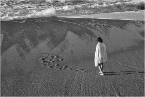 Chantal Zanolli-seule sur la plage
